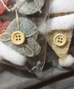 Cleme decorative diverse modele PentArt Seturi de 6 caciulite sau manusi cu model tricotat si nasture din lemn natur. Culori: albastru, crem, rosu.